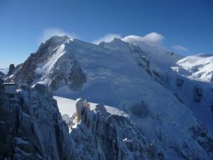 Winterlicher Cosmiques-Grat mit Mt. Blanc du Tacul, Mt. Maudit und Mt.-Blanc im Hintergrund